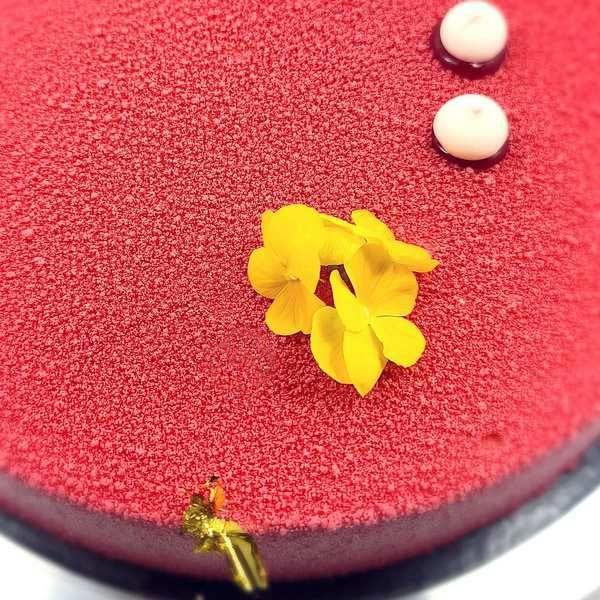 Entremets pour 10 à 12 personnes, Pink Flower Banane Chocolat livré à domicile 75 77 60 92 93 94 95
