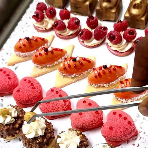 Mignardises, petits fours sucrés et mini-patisseries pour buffet et réception, livraison